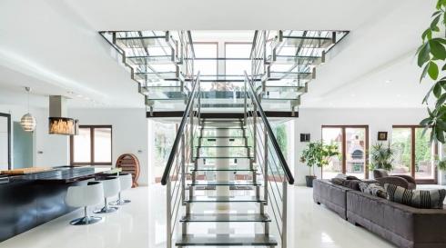 מעקה מדרגות זכוכית ואלומיניום