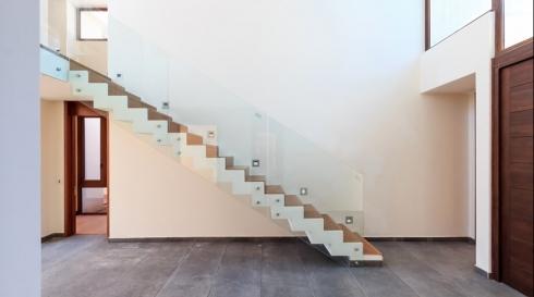 מעקה מדרגות ישר ושקוף