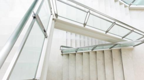 מעקה מדרגות בהיר