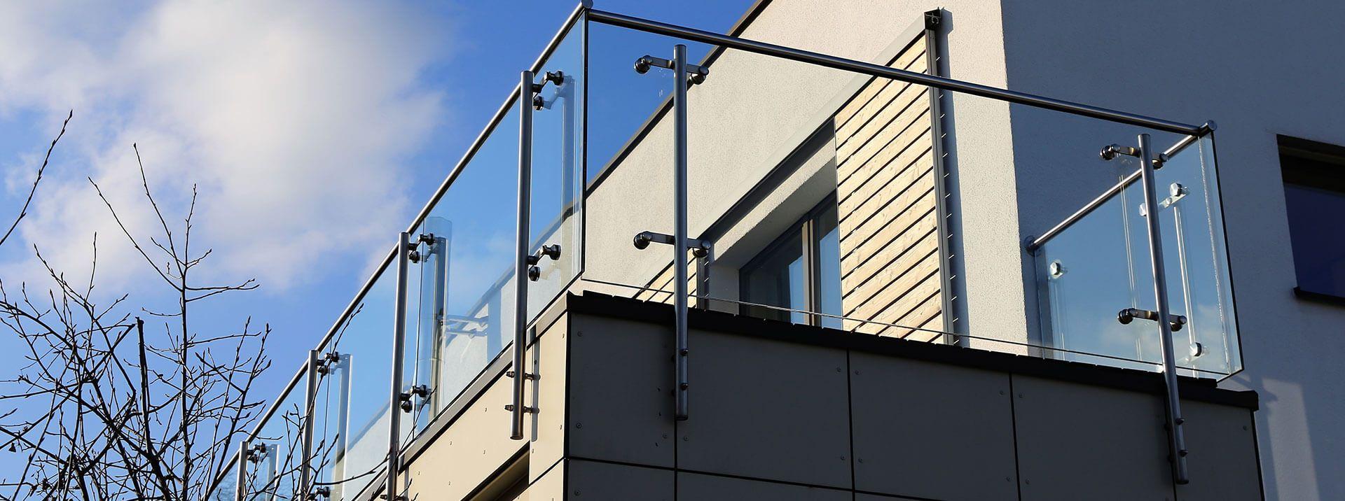 גדר שקופה במרפסת - אנ.אס עבודות אלומיניום