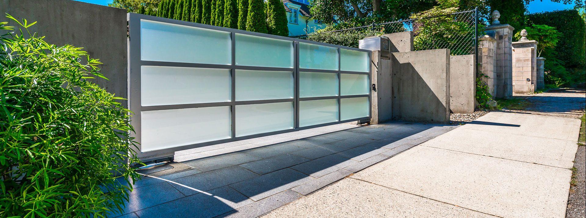שער מעוצב זכוכית - אנ.אס עבודות אלומיניום
